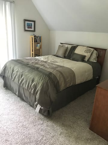2nd bedroom on 2nd floor (queen size bed)