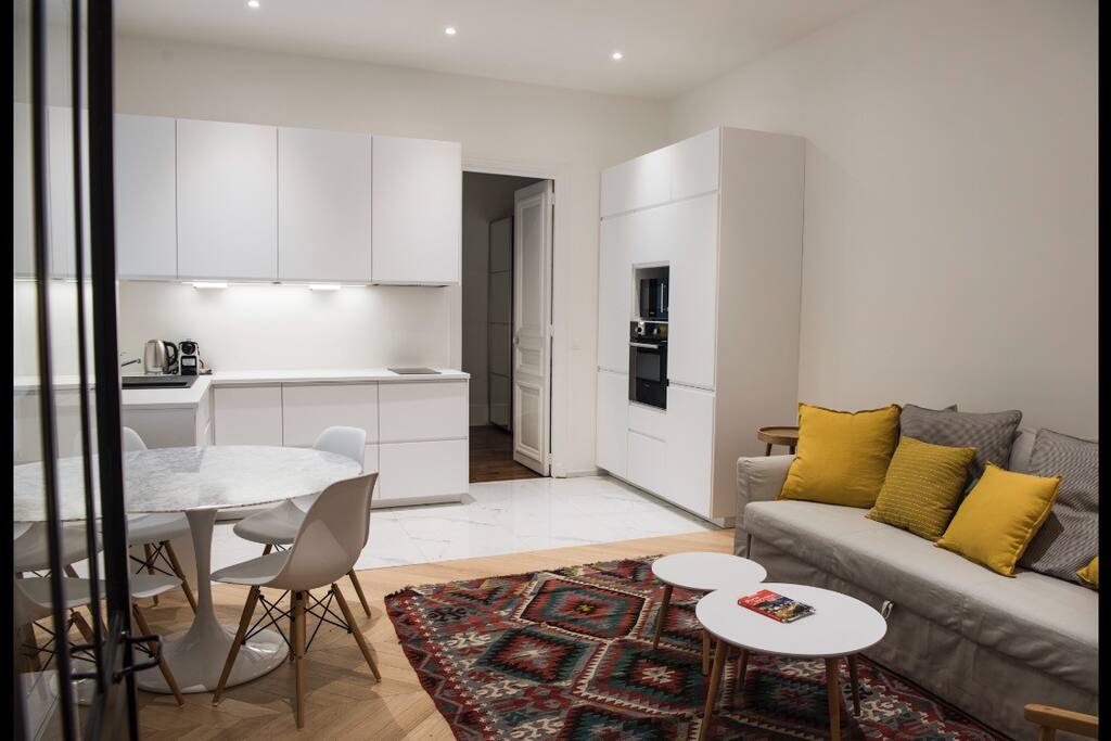 Vaste séjour avec cuisine ouverte / Large living room with open kitchen
