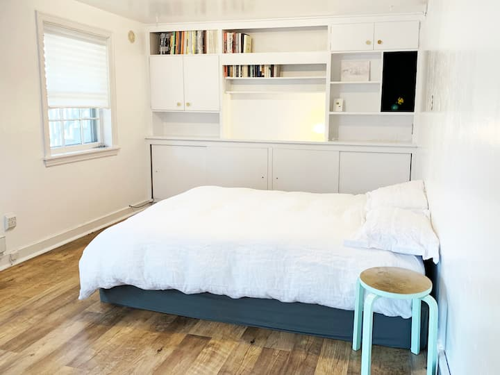 Bright studio in College Heights (entire place)