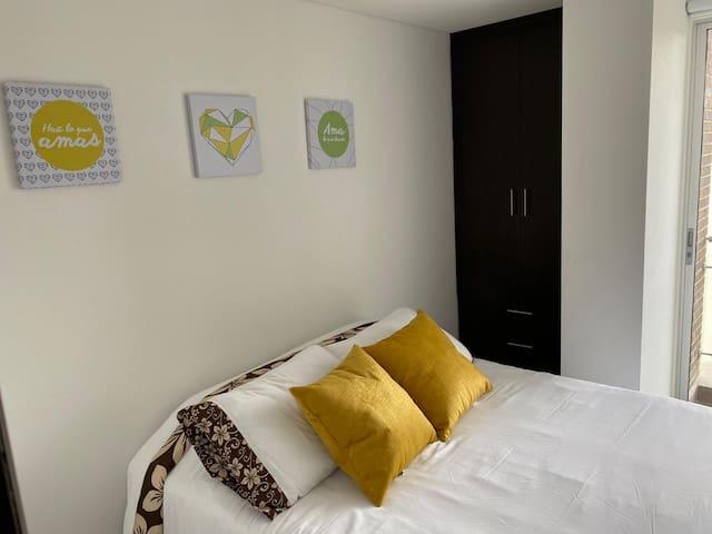 La habitación 2 cuenta con una cama doble y una cama nido sencilla.