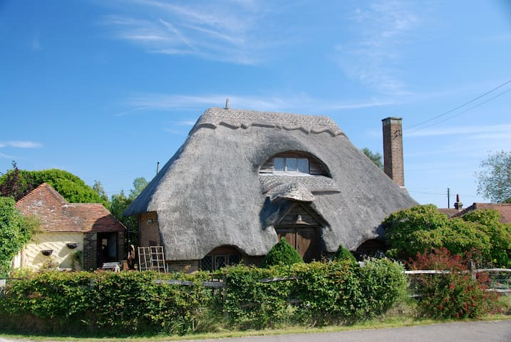 Beautiful thatched cottage in the country - Herstmonceux - House