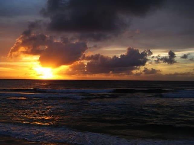 Hale O'Kaunala, a short walk to famed Sunset Beach - Haleiwa - Ev