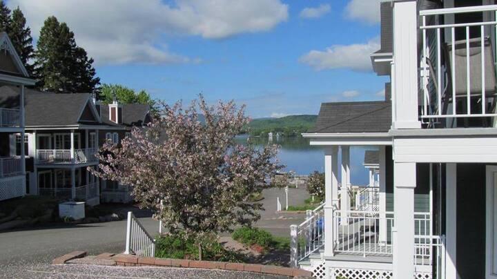 Condo champêtre au bord du lac, village à pied