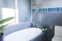 Bathtub/Shower with water heater