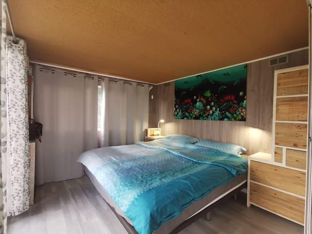 Schlafzimmer mit grossem Doppelbett, Custom-made Kleiderschränke.