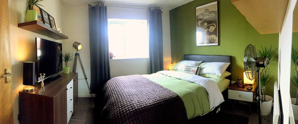 Stylish Double Room Close to Bristol Airport