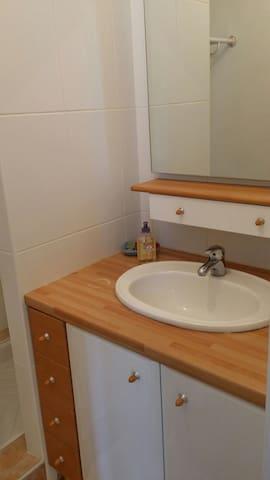 Salle d'eau individuelle associée à la chambre