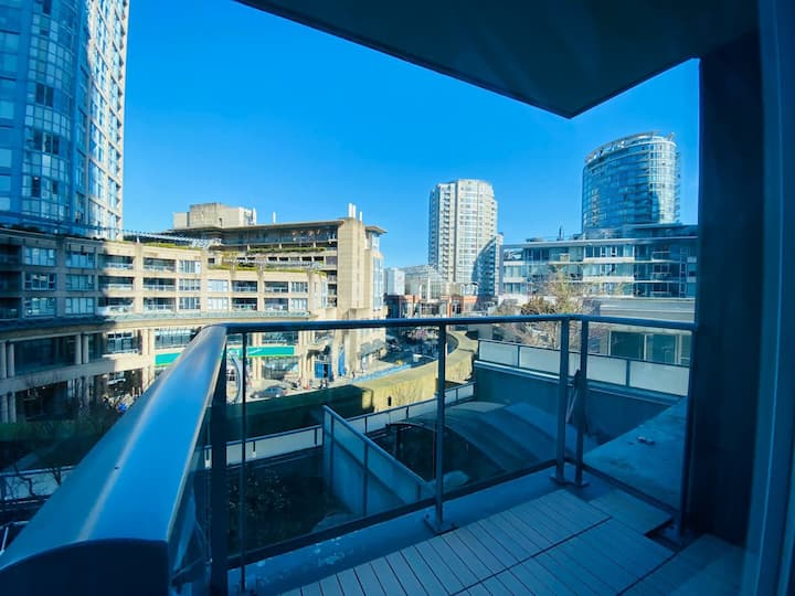 Central Downtown Airbnb (Skytrain & Roger Arena)