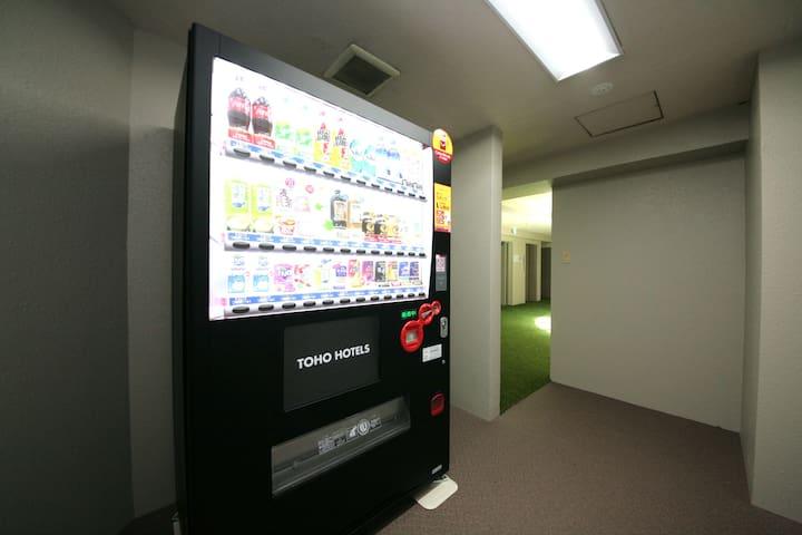 ホテル2Fには自動販売機をご用意しております。/ Vending machines are available on the 2nd floor of the hotel. / 호텔 2층에는 자동판매기가 설치되어 있습니다. / 飯店2樓附有自動販賣機