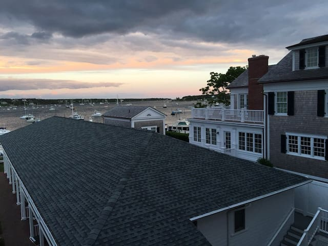 OCEANFRONT BALCONY EDGARTOWN HARBOR!