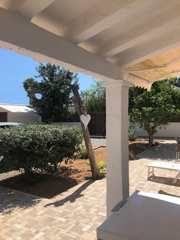 Il corpo centrale della villa ha un tetto laterale e delle tende per le giornate piu calde
