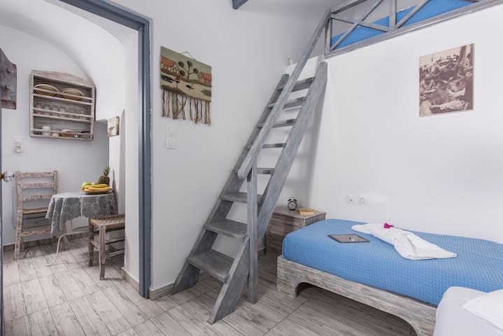 Loft apartment in Oia.Up to 4 ppl!