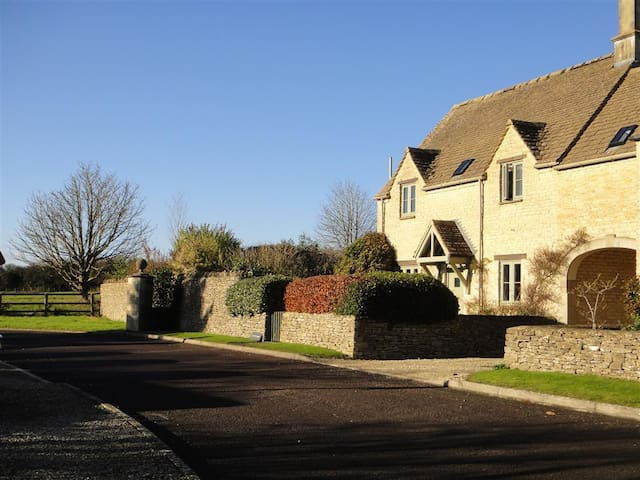 Farriers Cottage, Lechlade On Thames