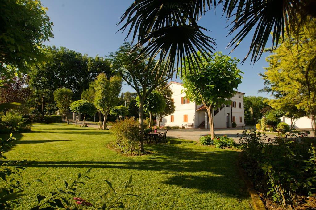 Casa con giardino e piscina casas en alquiler en jesi for Alquiler de casas con piscina privada que admiten perros