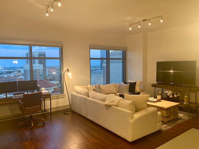 High-rise downtown Houston apartment (1,000 sq ft)