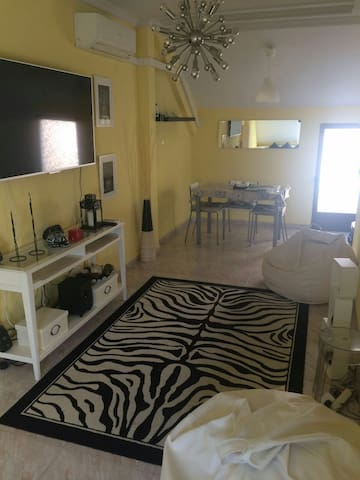 Atico dos dormitorios, amplio salón y terraza+wifi - Мадрид - Дом
