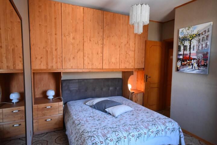 La stanza da letto matrimoniale (foto 1)