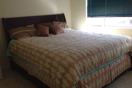Comfy king bed off PCH w/breakfast - Oxnard