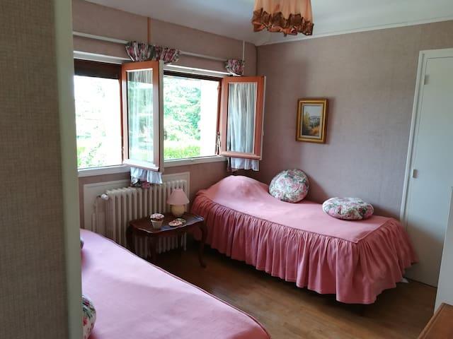 """Chambre """"rose"""" dans charmant Cottage"""