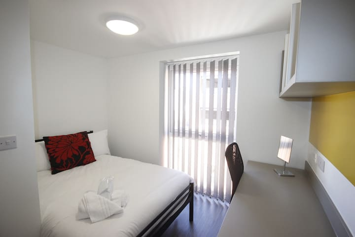 6 rooms with 6 en-suites - Ideal for Groups - Luton