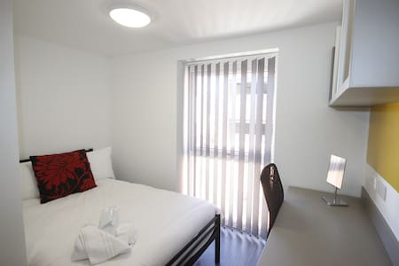 6 rooms with 6 en-suites - Ideal for Groups - Luton - Apartament