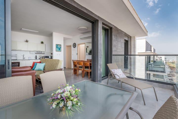 Charming mini-penthouse with amazing sea views