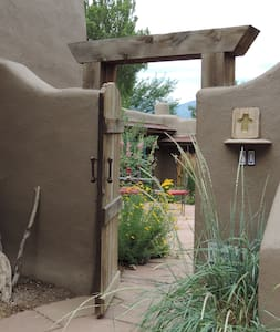 Traditional Adobe Casita - Ranchos de Taos - Maison