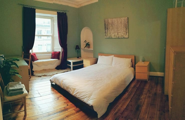 Large double room in cozy flat with castle view