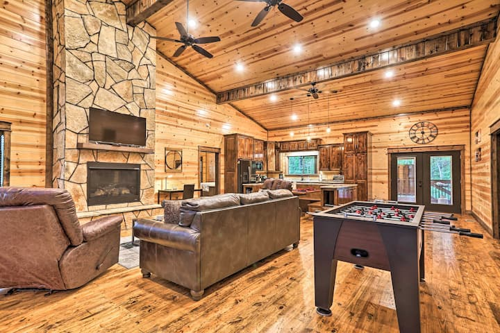 Dreamy Deluxe Cabin w/Hot Tub & Outdoor Fireplace!