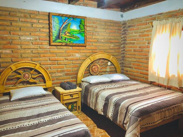 Habitación 1: 1 cama matrimonial y 1 cama individual.