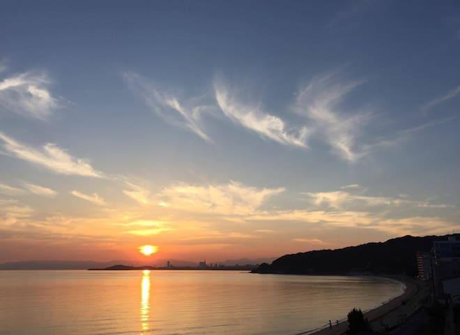 海を一望できるマンションステイ。天神、糸島両方の観光に最適。最大4名まで宿泊可能。