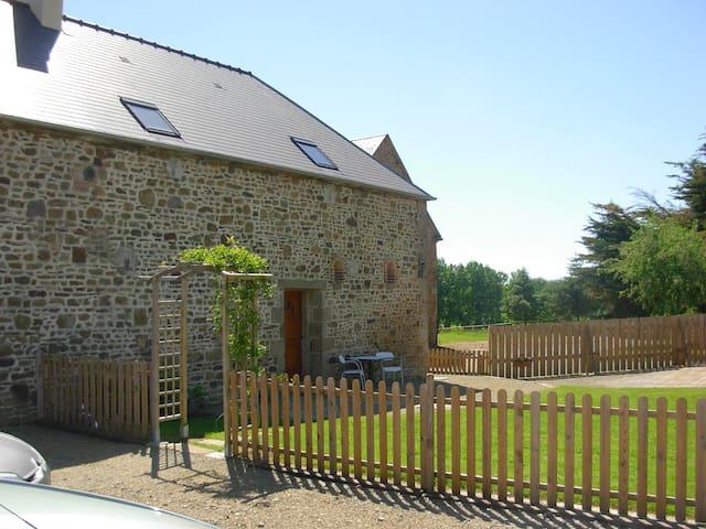 Gîte, 12 personnes, 200m², 12 ha - Louvigné-du-Désert - 一軒家