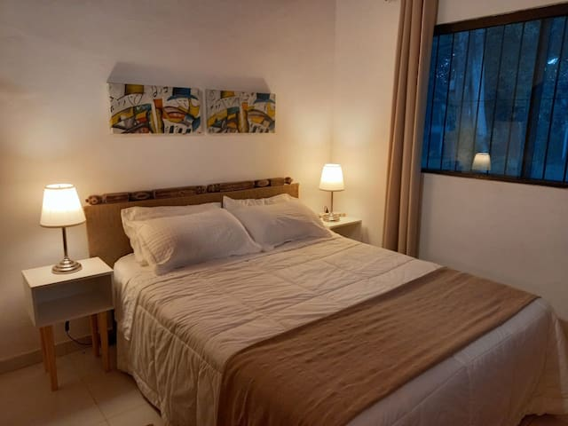 Habitación principal con cama de 1.60mts, un placard, un rack con tv led (netflix, youtube, disney chanel)