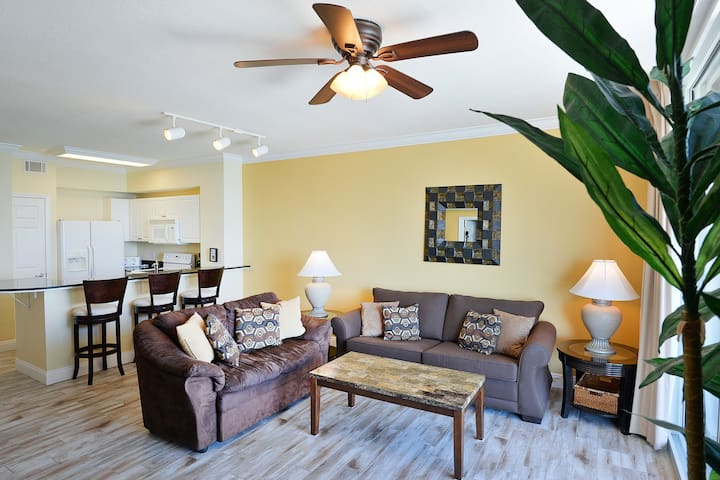 Stunning Gulf front condo w/beach & ocean views, shared hot tub, pool, and gym!