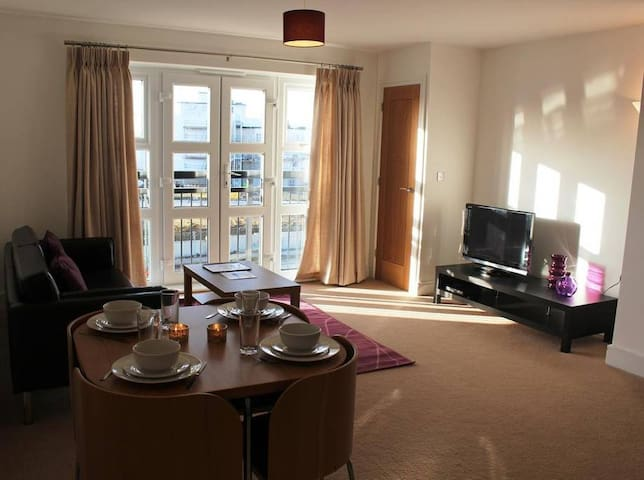 Farnborough twin bedroom flat, close to airport