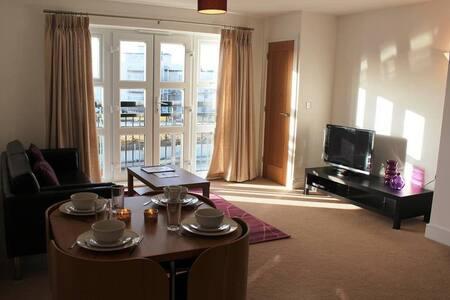 Farnborough twin bedroom flat, close to airport