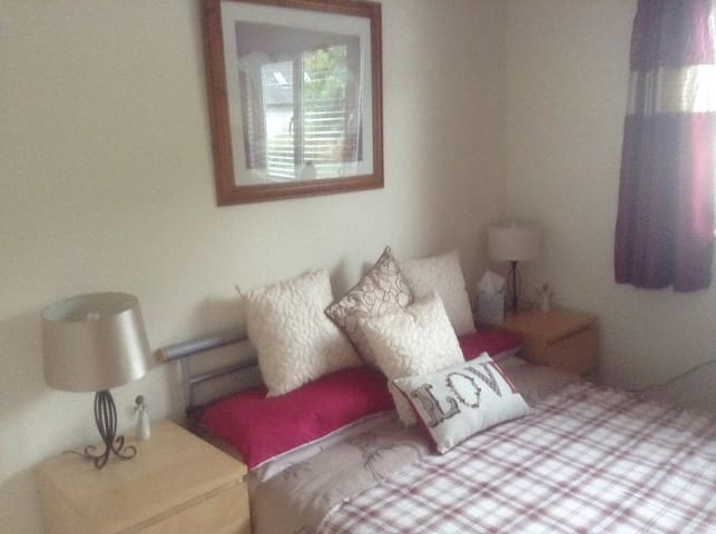 Comfortable Double Room with ensuite & Breakfast