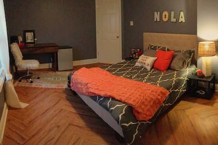 Large Private Bedroom & Bath in Northern Bywater - New Orleans - House