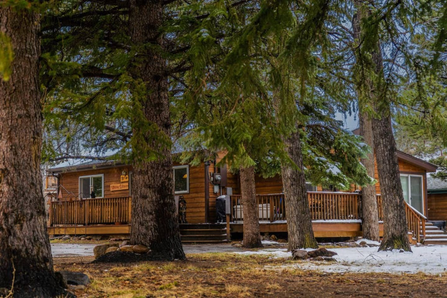 Enjoy this beautiful 3BR riverfront cabin, featuring a large deck, covered gazebo with a BBQ and picnic table, a hot tub, and a firepit 5 feet from the Big Thompson River (which incidentally has a huge fishing hole a few hundred feet upstream). Water Dance is the perfect vacation rental, located just a block and a half from the edge of downtown Estes Park.