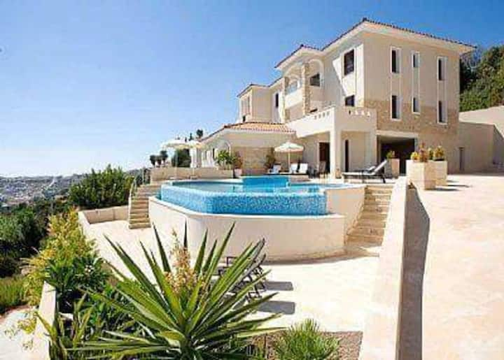 Stunning 1-Bed Apartment in Peyia