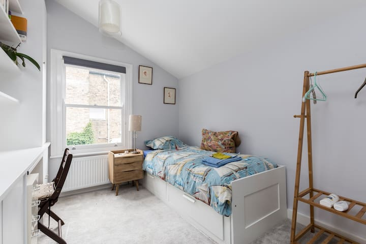 Clean, single bedroom with en-suite shower + WI FI - Londres
