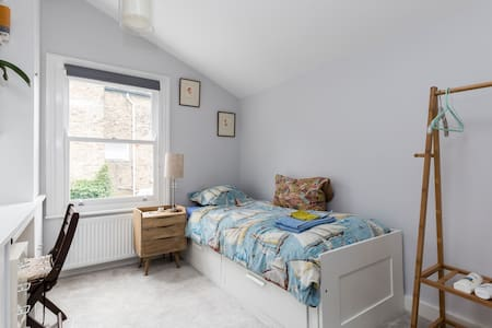 Clean, single bedroom with en-suite shower + WI FI - London - Hus