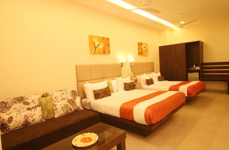 Suite 2 with an attached balcony - Silvassa - Hotel butikowy