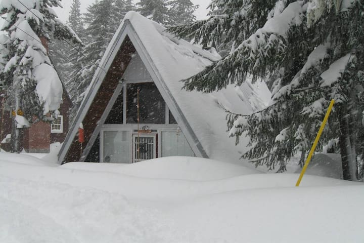 Large cabin w/private hot tub, loft & entertainment - close to skiing!