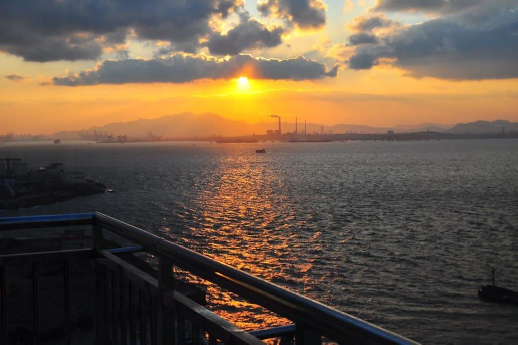 客厅阳台看到的夕阳美景