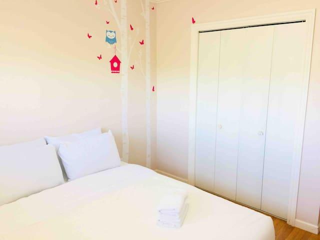 6818-3 Sunny Queen bedroom near Skytrain & Airport