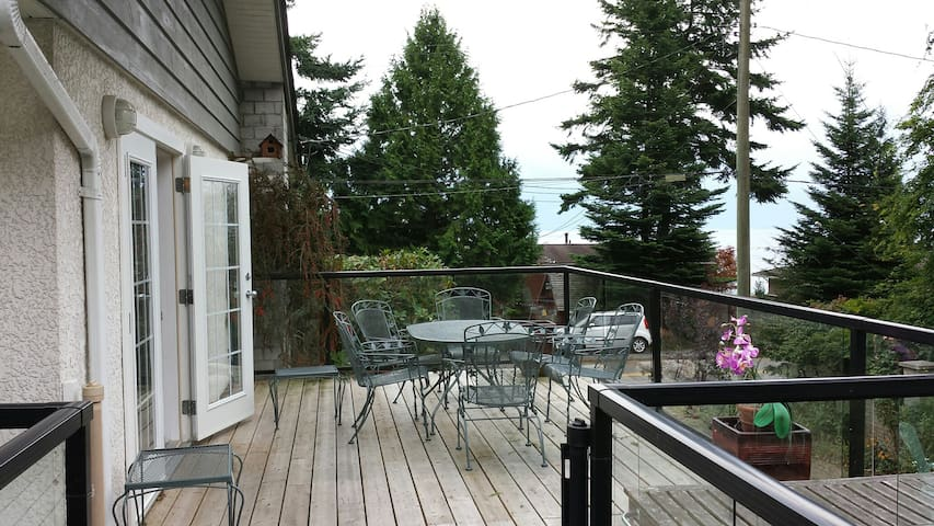 Eagles, ocean, parks, village all for you! - Surrey - Huis