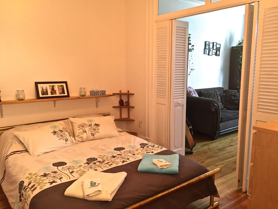 La chambre no.2 ouvrant sur le salon. Lit queen très confortable. Here is the room no.2 opening on the living room. Comfortable queen size bed.
