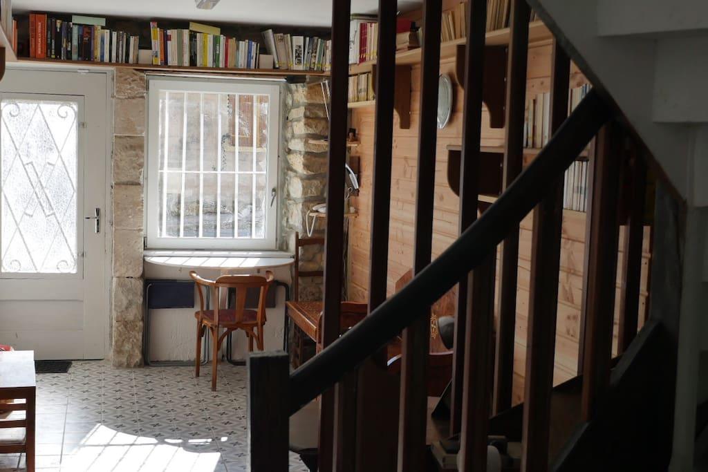 Une bibliothèque + 1000 livres et recueils de chansons