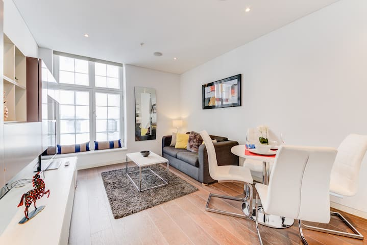 20% Off Luxe 1BR! Buck Palace! Theatre District!